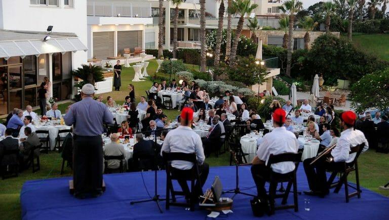 Oft kommt es beim Iftar, dem traditionellen Fastenbrechen, zu Freudenschüssen in die Luft