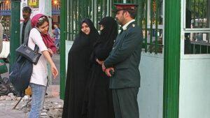 """Iranische Moralpolizei kontrolliert, ob Frauen """"züchtig"""" genug gekleidet sind"""