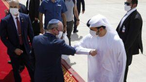 Emiratischer Beamter verabschiedet Israels Sicherheitsberater Meir Ben-Shabbat, der Teil der Delegation nach Abu Dhabi war