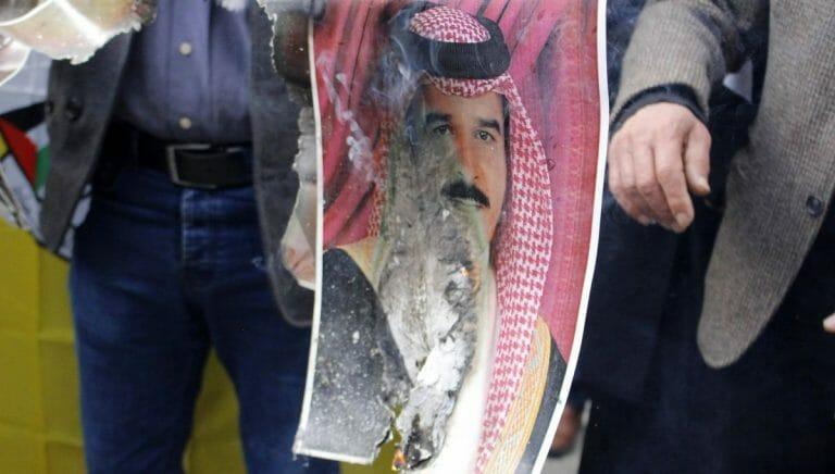 Palästinenser verbrennen aus Protest ein Foto des Sultans von Oman Haitham bin Tariq