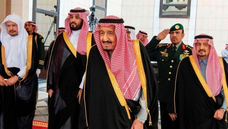 König Salman bin Abdulaziz (mi.) und Kronprinz Mohammed bin Salman (2. v. re.) sind uneins über Beziehungen zu Israel