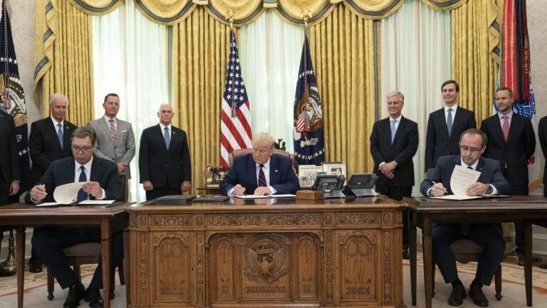 Serbischer Präsidenten Aleksandar Vučić (re.) und kosovarischer Premierminister Avdullah Hoti unterzeichnen Abkommen im Weißen Haus