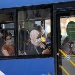 Als Reaktion will die Regierung Fahrgastzahlen in öffentlichen Verkehrsmitteln beschränken
