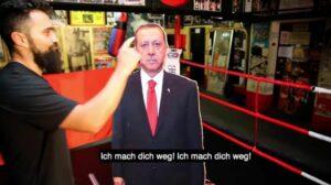 Am Ende seines Videos boxt Ünsal Arik eine Erdogan-Pappfigur um