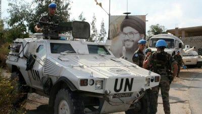 UNIFIL-Truppen vor einem Plakat von Hisbollah-Führer NasrallahUNIFIL-Truppen vor einem Plakat Narallahs