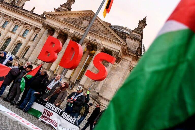 Israel-Boykotteure demonstrieren vor dem deutschen Bundestag. (imago images/snapshot)