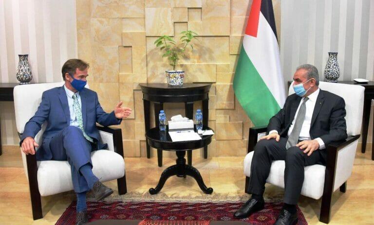Sven Kühn von Burgsdorff, der EU-Repräsentant bei der Palästinensischen Autonomiebehörde, im Gespräch mit PA-Regierungschef Mohammed Shtayyeh. (© imago images/ZUMA Wire)