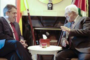 Mahmud Abbas 2017 beim freundschaftlichen Scherzen mit dem damaligen deutschen Außenminister Sigmar Gabriel. Abbas' Partei Fatah verbreitete jetzt erneut antisemitische Hetze (© imago images/photothek)