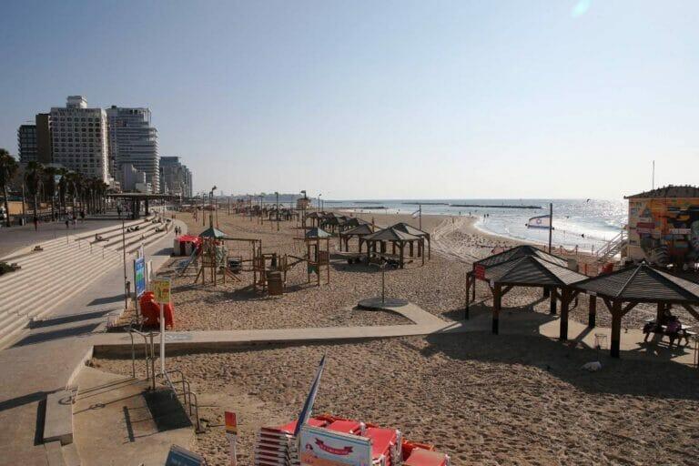 Auf israelischen Stränden (im Bild der von Tel Aviv) sammelt sich viel Plastikmüll an. (© imago images/Xinhua)