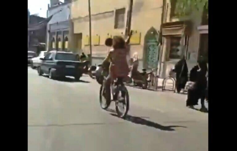 Ohne Kopftuch auf dem Fahrrad unterweg - Screenshot aus dem in sozialen Medien verbreiteten Video. (Quelle: Iran Journal/Twitter)