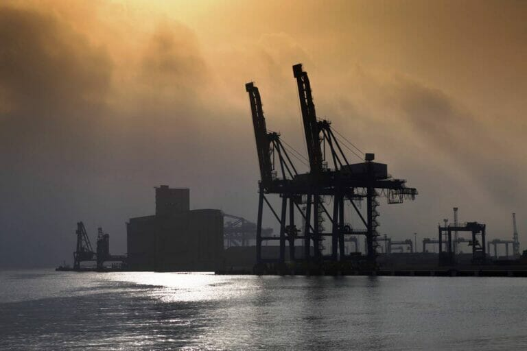 Hafenanlagen in Port Sudan am Roten Meer. (© imago images/OceanPhoto)