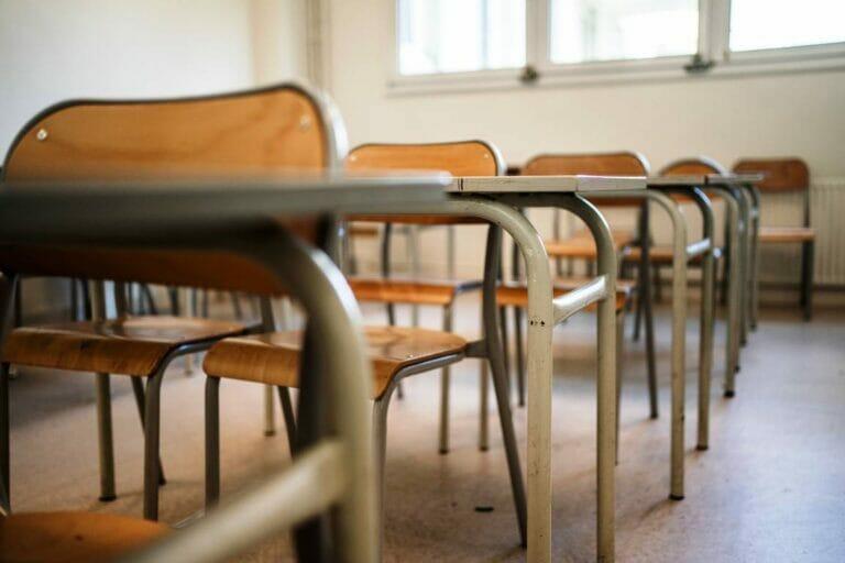 Lehrerverband klagt über drohenden Druck auf Lehrer in deutschen Schulen. (© imago images/Hans Lucas)