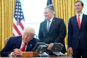 US-Präsident Trump, Außenminister Pompeo und Jared Kushner bei der Telefonkonferenz mit den Führungen Israels und des Sudan am 23. Oktober. (© imago images/ZUMA Wire)