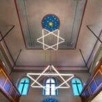 Innenraum der Synagoe in Ermreuth. Eine neue Studie sieht schwarz für das Judentum Europas. (© imago images/imagebroker)