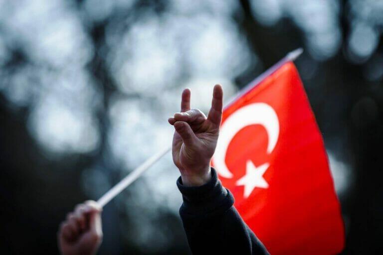 """Die Jugendorganisation der Aleviten warnt vor der Kooperation mit türkischen Rechtsextremen. (© <a href=""""http://www.imago-images.de"""">imago images</a>/Lars Berg)"""