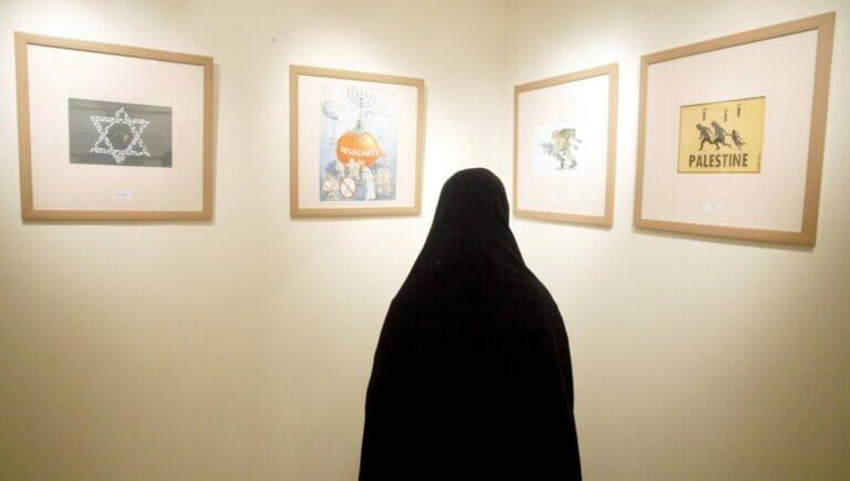 Iranerin in der Holocaustkarikaturen-Ausstellung von 2006