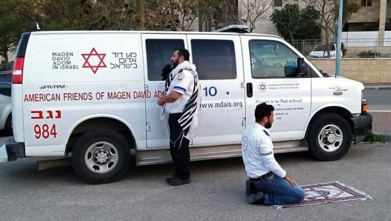 Apartheid? Ein jüdischer und ein muslimischer Rettungsfahrer in Israel beten