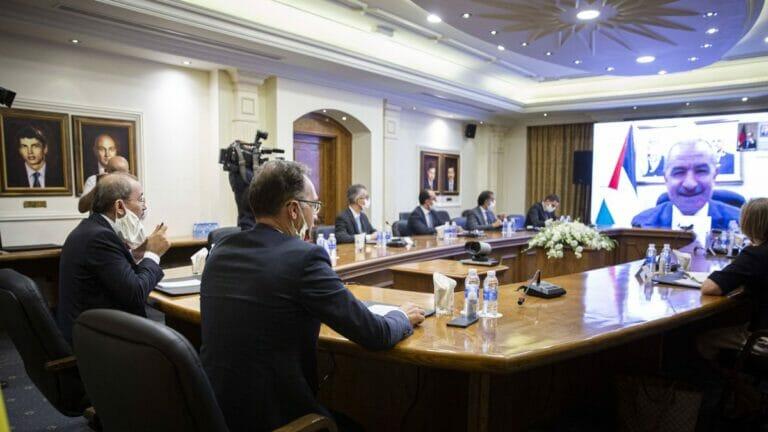Der PA-Premier Mohammad Shtayyeh in einer Videokonferenz mit Deutschlands Außenminister Heiko Maas