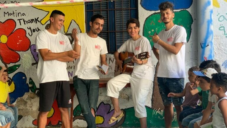 Der aus Gaza stammende Mohammad al-Talooli (re.) mit Aktivisten der Leros Refugee Youth Group