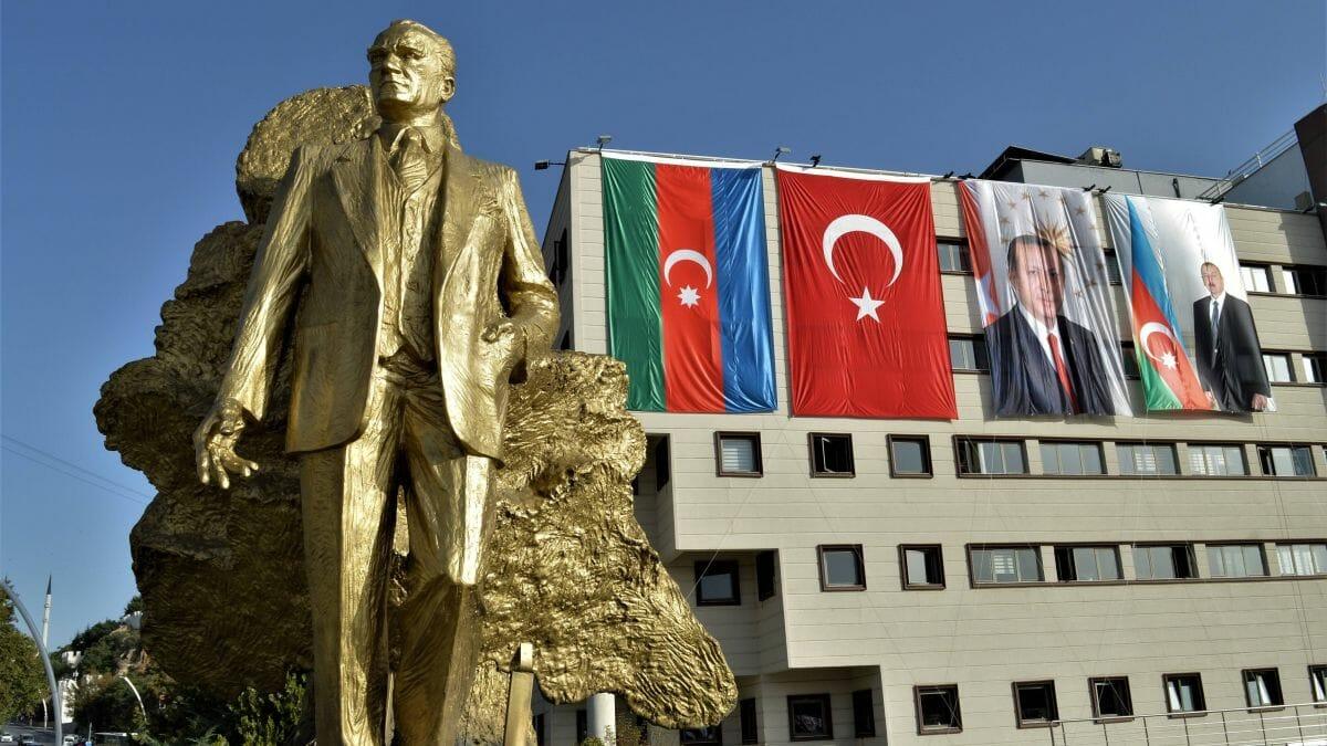 Die türkische und die aserbaidschanische Flagge und Porträts der beiden Präsidenten in Ankara