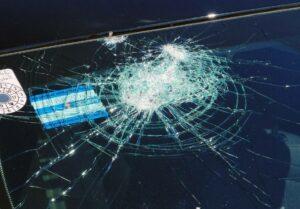 Bei dem Anschlag in Wien zerstörtes Autofenster. (© imago images/PEMAX)