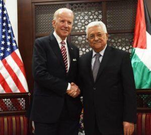 Biden, damals noch US-Vizepräsident, besuchte im März 2016 Abbas in dessen Amtssitz in Ramallah. (© imago images/UPI Photos)