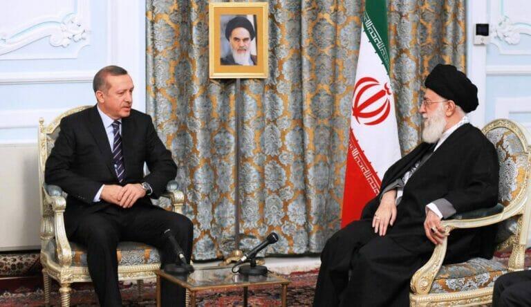 Holocaust-Relativierung als Antwort auf Mohammed-Karikaturen:Erdogan und Khamenei. (© imago images/UPI Photo)
