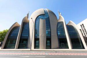 Ditib-Moschee in Köln. Ditib ist dem Präsidiums für religiöse Angelegenheiten der Türkei unterstellt, das unter Erdogan zunehmend Islamismus verbreitet. (© imago images/Westend61)