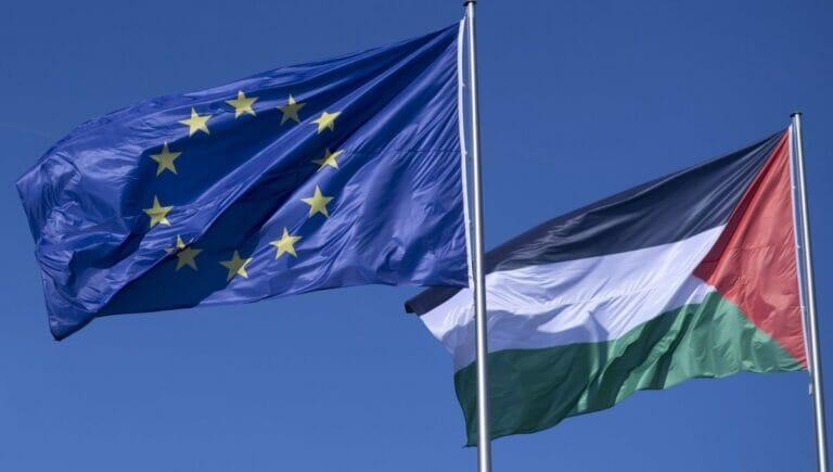 Flaggen der EU und der Palästinensischen Autonomienehörde