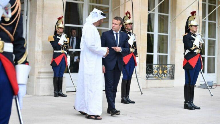 Der KRonprinz von Abu Dhabi, Mohamed Bin Zayed Al Nahyan und Frankreichs Präsident Macron