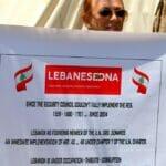 Libanesin in Beirut demonstriert gegen die Hisbollah