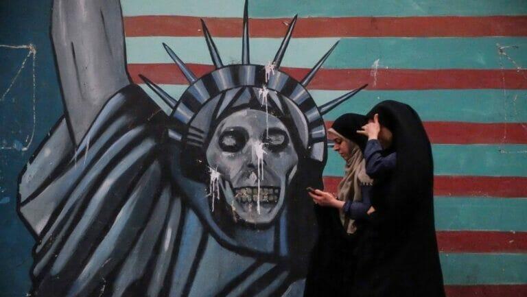 Antiamerikanisches Wandbild an der 1979 gestürmten ehemaligen US-Botschaft in Teheran