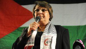 Die Flugzeugentführerin Leila Khaled mit einem Schal der Terrorgansiation PFLP