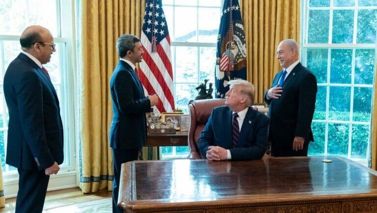 Bin Zayed und Netanjahu bei der Unterzeichnung des Friedensabkommens in Washington