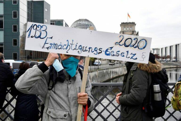 In der COVID-19-Pandämie feiern u.a. antisemitische Verschwörungstheorien fröhliche Urständ. (© imago images/Future Image)