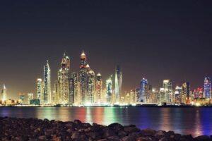 """Die Skyline von Dubai/Vereinigte Arabische Emirate. (© <a href=""""http://www.imago-images.de"""">imago images</a>/Cavan Images)"""