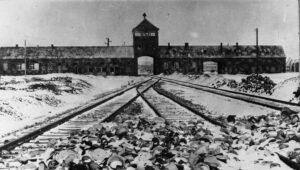 Das Lagertor des NS-Vernichtunglagers Auschwitz-Birkenau