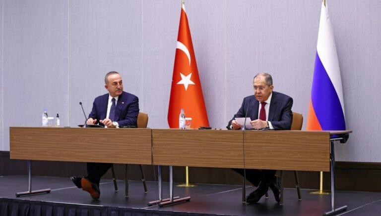 Just während eines Treffens beider Außenminister stockte Russland seine Truppen gegenüber der Türkei in Nordsyrien auf
