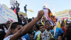 Anhänger von Mohammed Dahlan verbrennen Bilder des PA-Präsidenten Mahmud Abbas