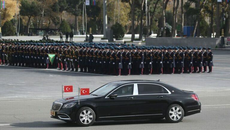 """Erdogans Wagen auf der """"Siegesparade"""" in der aserbaidschanischen Hauptstadt Baku"""
