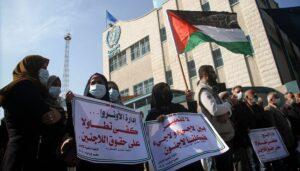 Demonstranten in Gaza protestieren vor dem UNRWA-Gebäude