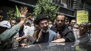 Oberster Führer Ali Khamenei soll die Macht an seinen Sohn Mojtaba (mi.) übergeben haben