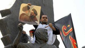 Demonstrant im Iran mit Foto von Khamenei und Nasrallah