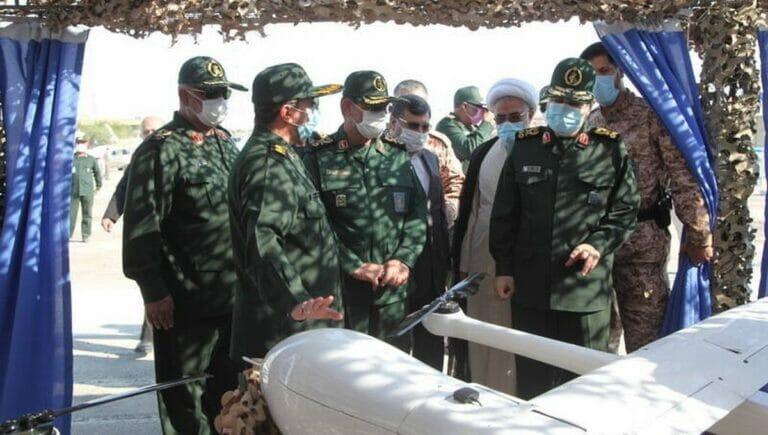 Kommandeure der iranischen Revolutionsgarden inspizieren eine Drohne