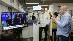 Premierminister Benjamin Netanyahu und Gesundheitsminister Yuli Edelstein erhielten die ersten Corona-Impfungen in Israel