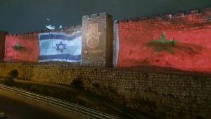 Projektion der israelischen und marokkanischen Flagge auf der Stadtmauer von Jerusalem