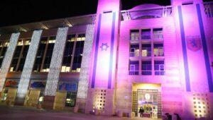 Anlässlich des Internationalen Tags für die Rechte von Menschen mit Behinderung violett beleuchtete Stadtverwaltung von Jerusalem