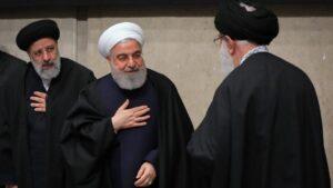 Einer der aussichtsreichsten Kandidaten auf die Nachfolge Khameneis: Ebrahim Raisi (re.)