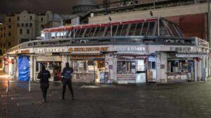 Polizei in Istanbul überwacht die nächtliche Corona-Ausgangssperre