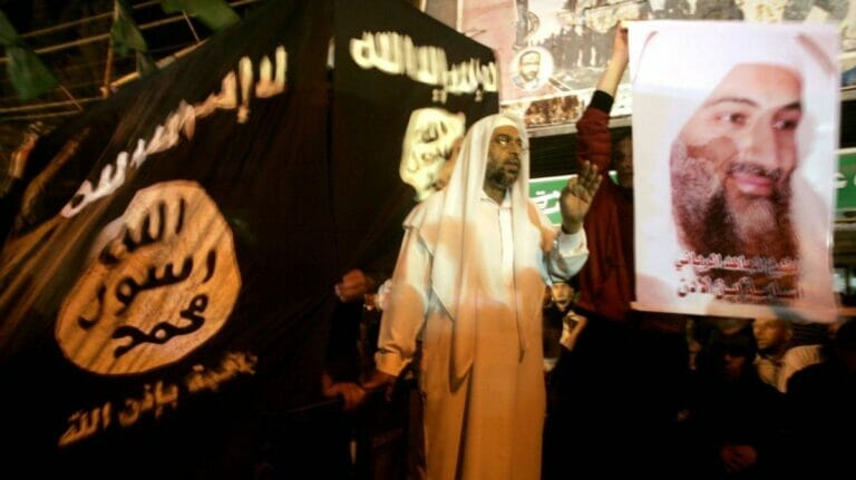 Salafisten in Gaza demonstrieren mit einem Plakat von Osama bin Laden